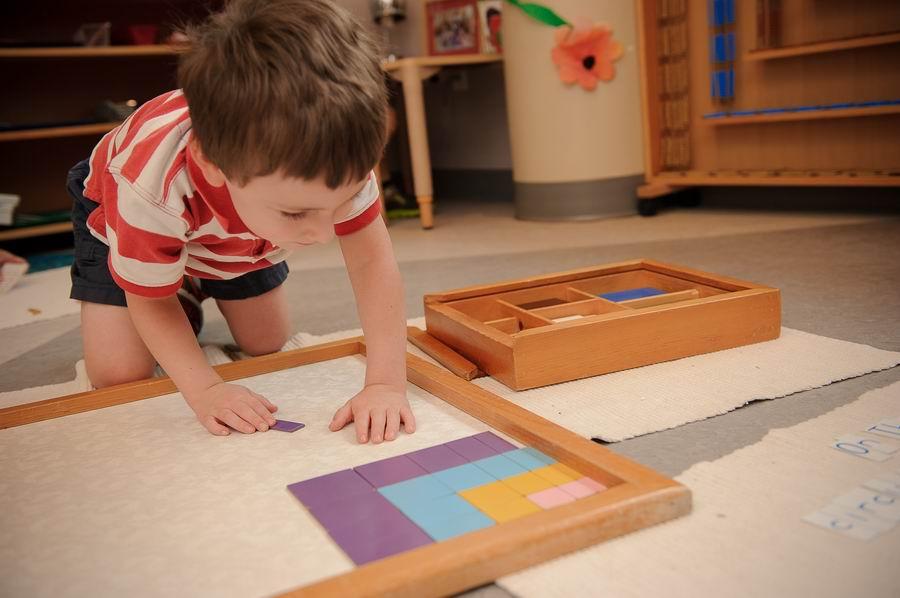 Casa child working on Pythagoras square